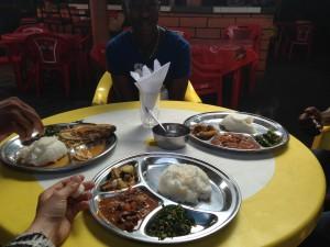 Lokal frokost i Dar es Salaa,, Ugali med sovs og kinesisk spinat